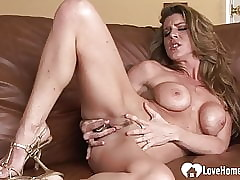 Oversexed gloominess bird fingers the brush stingy muddy pussy