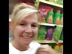 Rubia madura exhibiendose en supermercado